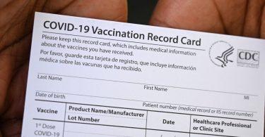 Une femme du New Jersey accusée d'avoir vendu de fausses cartes de vaccin